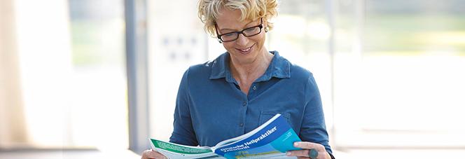 Frau liest Fachzeitschrift