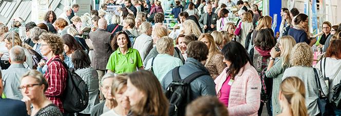 Menschen in der Industrieausstellung der 16. Arbeitstagung für Heilpraktiker in Gelsenkirchen 2017