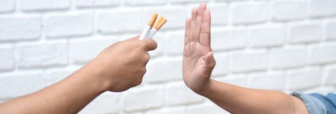 Mann lehnt das Angebot einer Zigarette ab