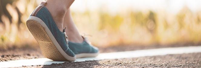 Frau geht auf einer Landstraße spazieren